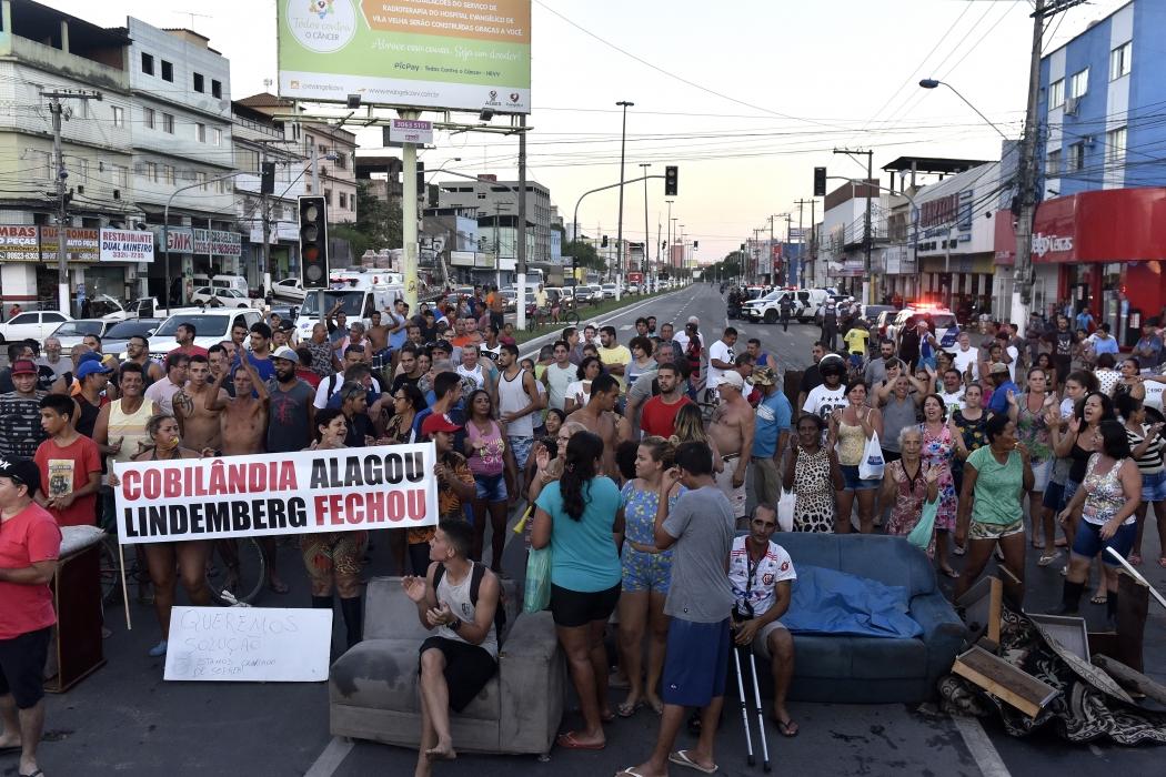 Moradores de Cobilândia fecharam o trânsito da Avenida Carlos Lindenberg. Crédito: Fernando Madeira   GZ