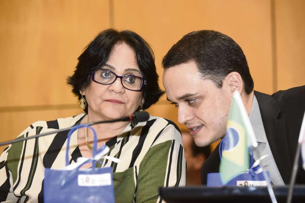 Ministra Damares Alves e o deputado estadual Lorenzo Pazolini durante sessão solene em que ela foi homenageada na Assembleia Legislativa. Crédito: Carlos Alberto Silva
