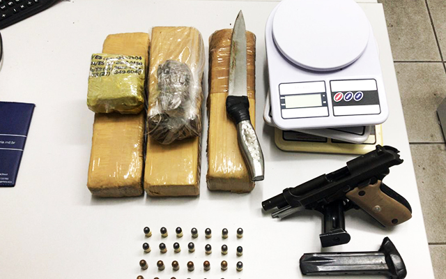 Armas e drogas apreendidas com a gangue conhecida como Porradão do BXD (sigla de Baixada)