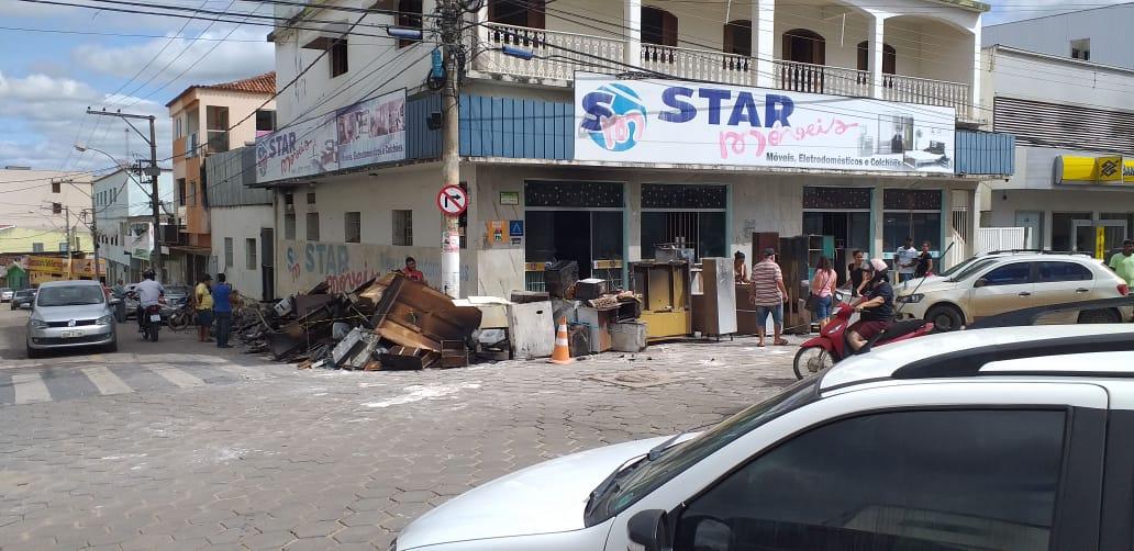 Móveis e eletrodomésticos queimados foram retirados da loja, em Pinheiros. Crédito: Internauta