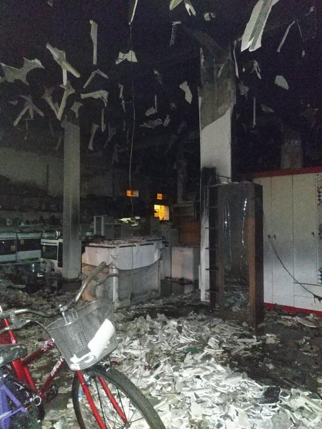 Interior da loja ficou destruído após incêndio em Pinheiros. Crédito: Internauta