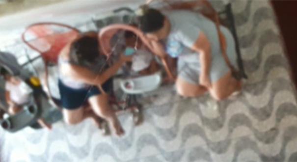Cuidadora é flagrada agredindo criança com celular em creche de Vitória. Crédito: Reprodução
