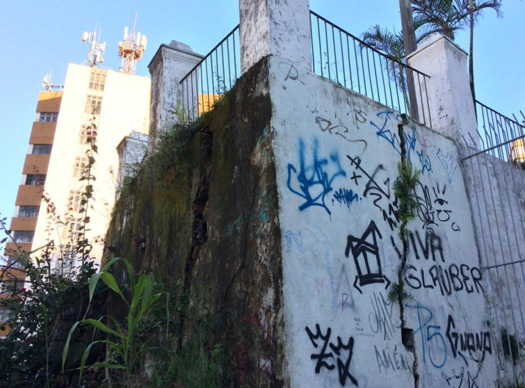 Chão cede e causa rachadura em muro de contenção da Igreja Nossa Senhora do Rosário em Vitória. A CUT, que funciona ao lado, também foi interditada pela Prefeitura de Vitória. Crédito: Eduardo Dias