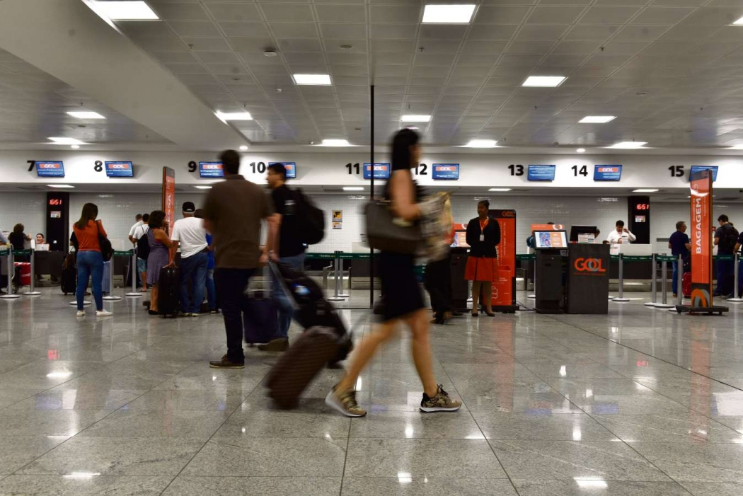 Passageiros com bagagens no saguão do novo Aeroporto de Vitória. Crédito: Fernando Madeira