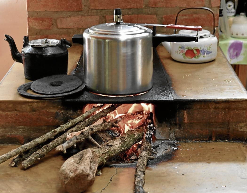 Uso do fogão a lenha ainda é uma realidade do dia a dia de famílias de baixa renda do Espírito Santo. Crédito: Edson Chagas