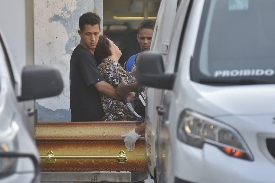 Mãe de jovem morto em acidente na Terceira Ponte desmaia ao ver caixão . Crédito: Fernando Madeira
