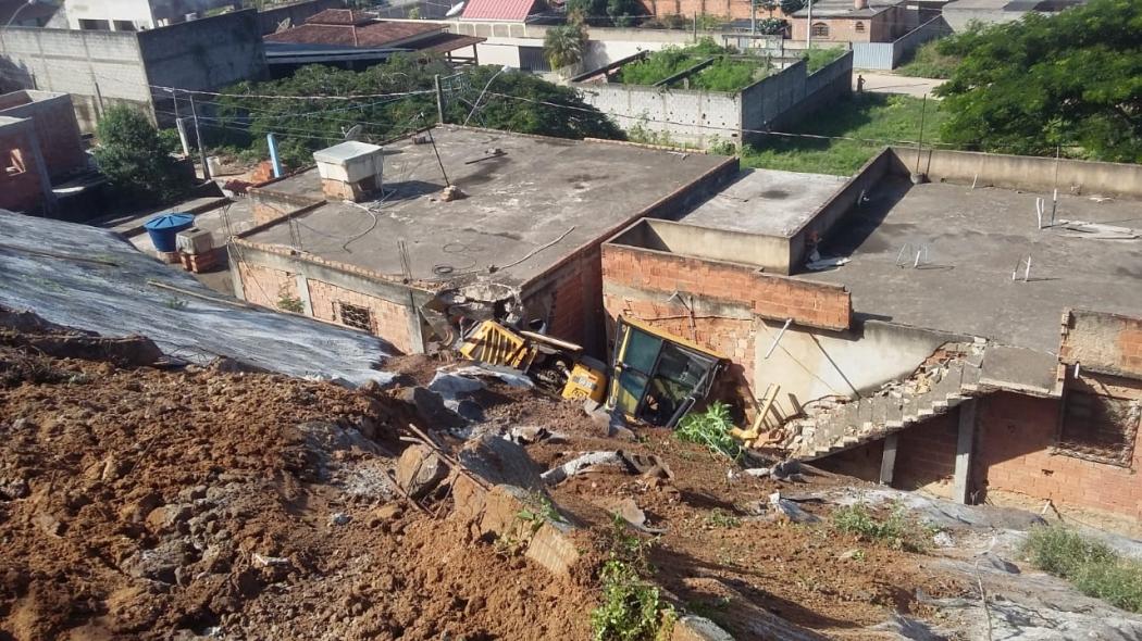 Máquina niveladora caiu de um barranco em Marataízes. Crédito: Zenilda São Paulo Correa