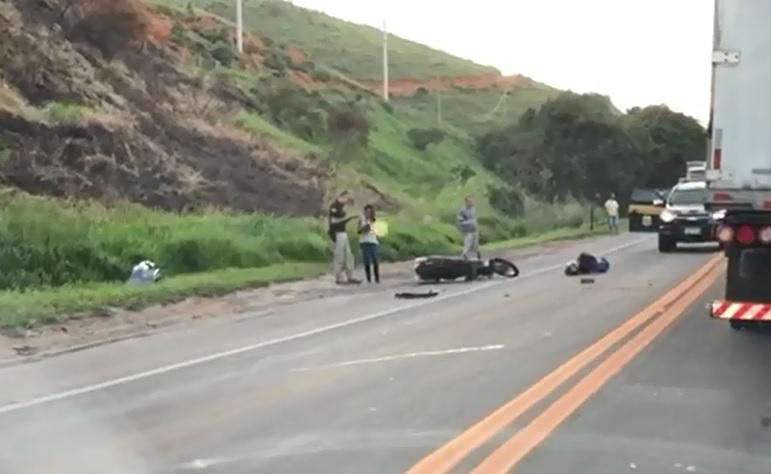 Acidente na BR 101, em Viana, deixa motociclista ferido. Crédito: Reprodução | Darlone Amancio