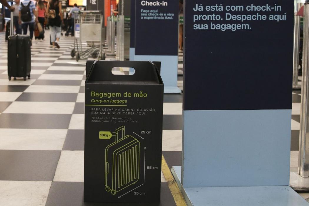 Nova regra relativa ao tamanho da bagagem de mão, que não pode exceder 55 centímetros de altura, 35 de largura e 25 de profundidade, já está em vigor no Aeroporto de Congonhas, em São Paulo. Crédito: Agência Brasil