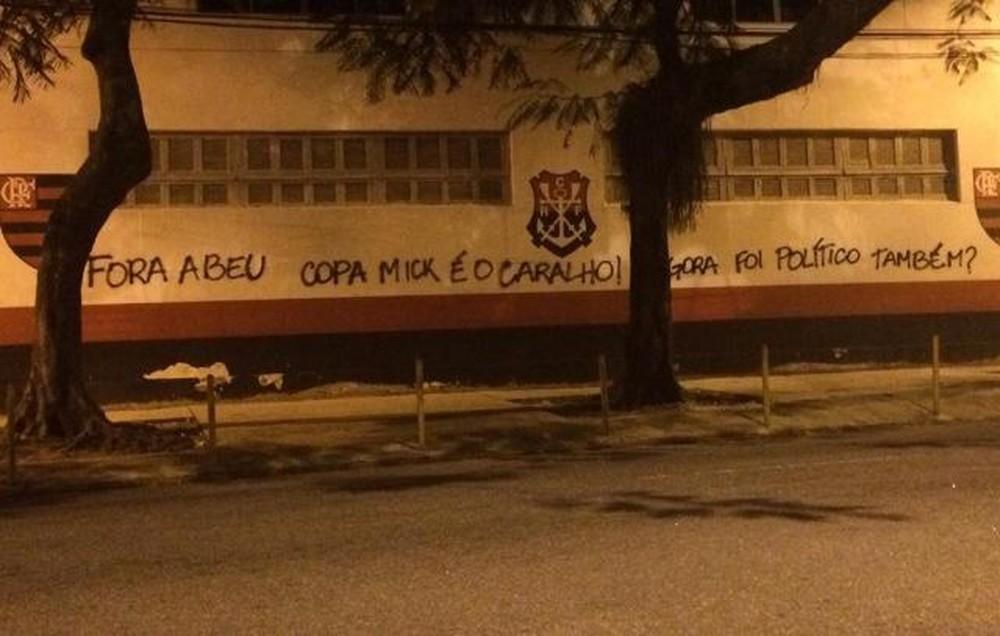 Os muros da Gávea foram pichados novamente. Desta vez, com ironias a um diretor do Flamengo. Crédito: Reprodução/Internet