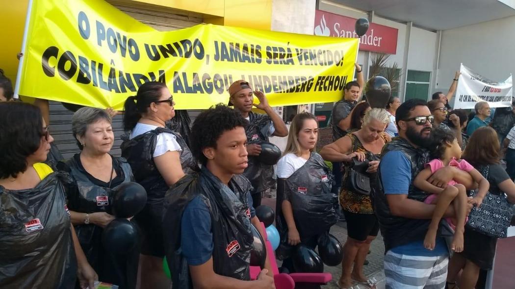 Moradores vestiram sacos pretos durante o protesto . Crédito: Eduardo Dias