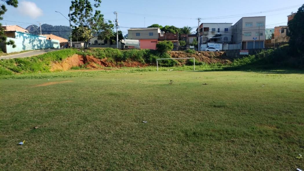 Rapaz de 24 anos é morto com mais de 50 tiros em campo de futebol no bairro Bela Vista, em Serra Sede, na noite desta quarta-feira (22)