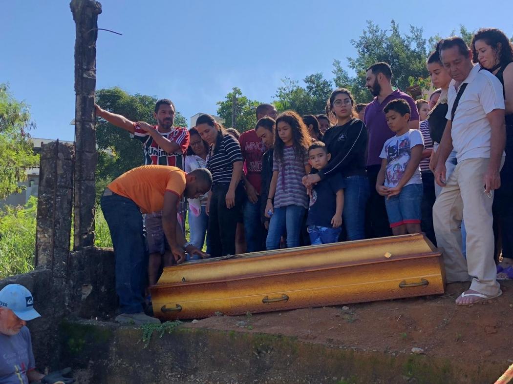 Familiares se despedem da jovem Brunielly Oliveira em Cachoeiro. Crédito: Júnia Vasconcelos