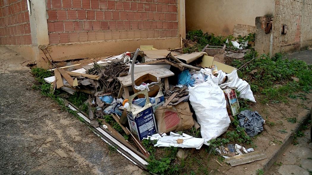 Objetos no quintal ou lixo descartado na rua podem servir de criadouro para mosquito da dengue. Crédito: Reprodução   TV Gazeta Noroeste