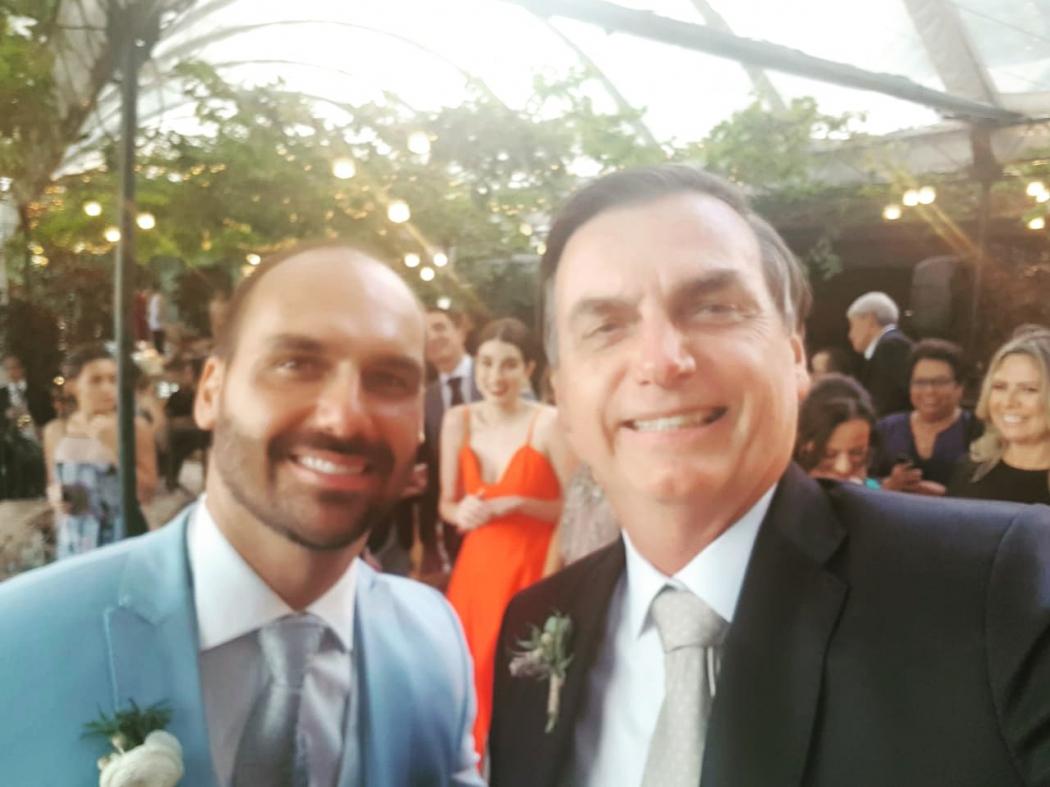 Jair Bolsonaro e o filho Eduardo Bolsonaro, no Rio. Crédito: Twitter Jair Bolsonaro