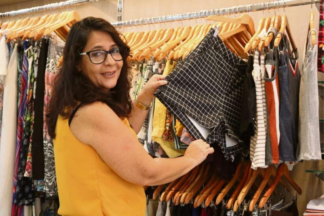 Bernadete Vaz realizou o sonho de abrir uma loja de roupas em Viana com rapidez e sem burocracia. Crédito: Naiara Gomes/Prefeitura de Viana