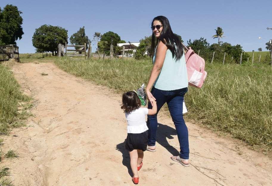 Apoiadora da prefeita presa, Orlanda caminha com a filha