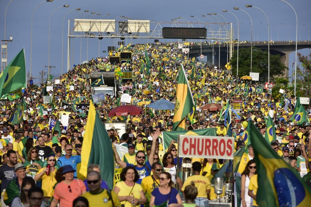 Manifestantes pró-Bolsonaro reunidos na Terceira Ponte neste domingo (26). Crédito: Marcelo Prest