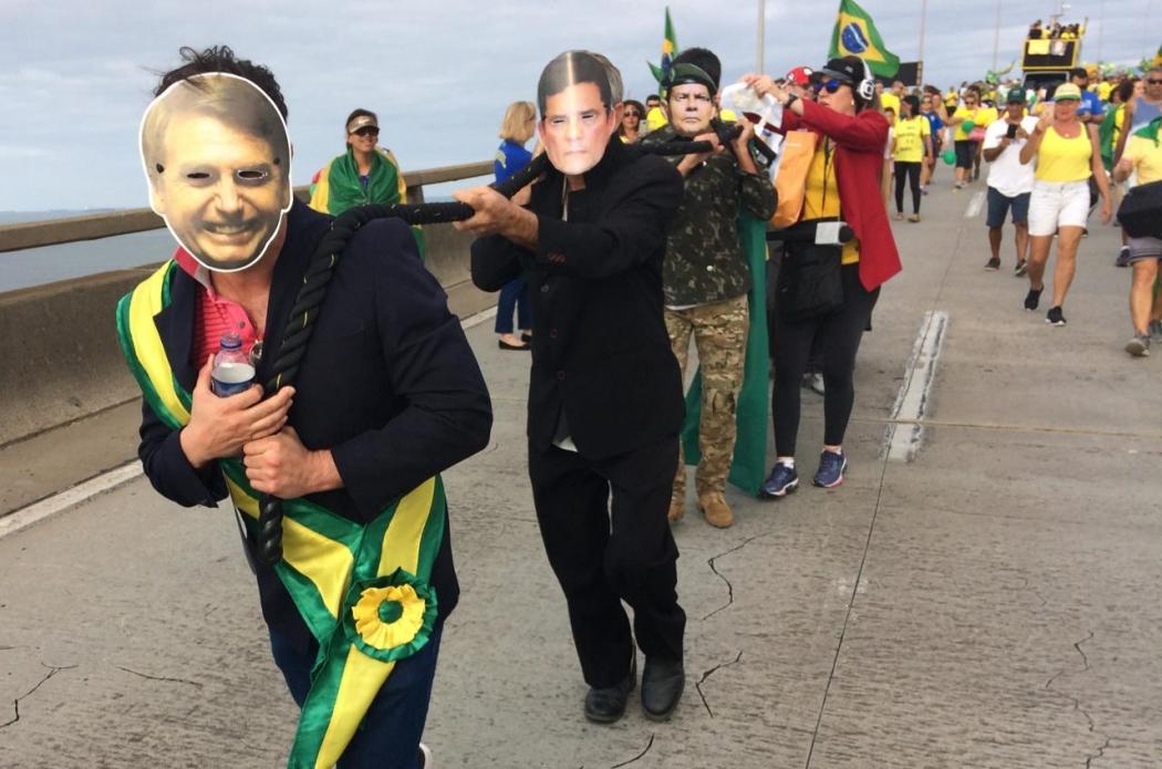 Manifestantes encenam cabo de guerra em ato pró-Bolsonaro em cima da Terceira Ponte. Crédito: Eduardo Dias