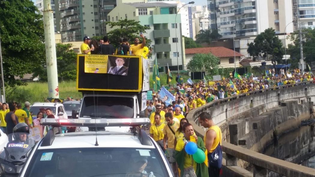 Manifestantes seguem pela Terceira Ponte, no sentido Vitória, em ato pró-governo. Crédito: Eduardo Dias
