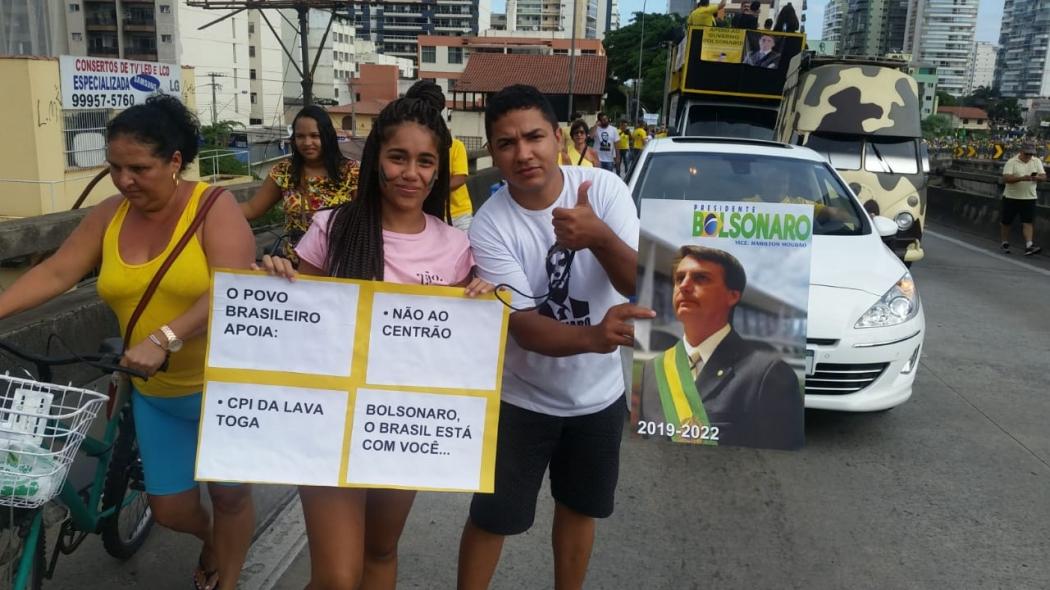 Manifestantes em cima da Terceira Ponte, no sentido Vitória, em ato pró-governo. Crédito: Eduardo Dias