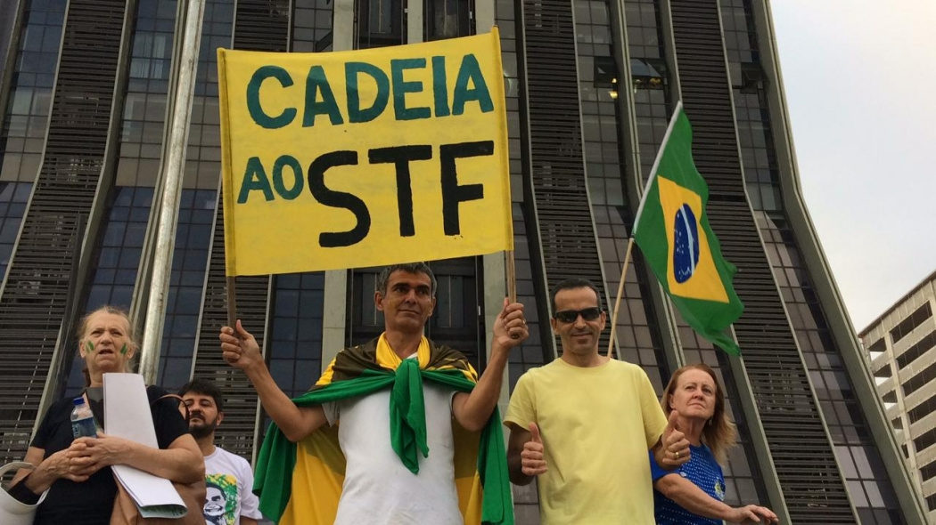 """Manifestante exibe cartaz em que pede """"cadeia ao STF"""" durante ato na Praça do Papa, em Vitória. Crédito: Eduardo Dias"""