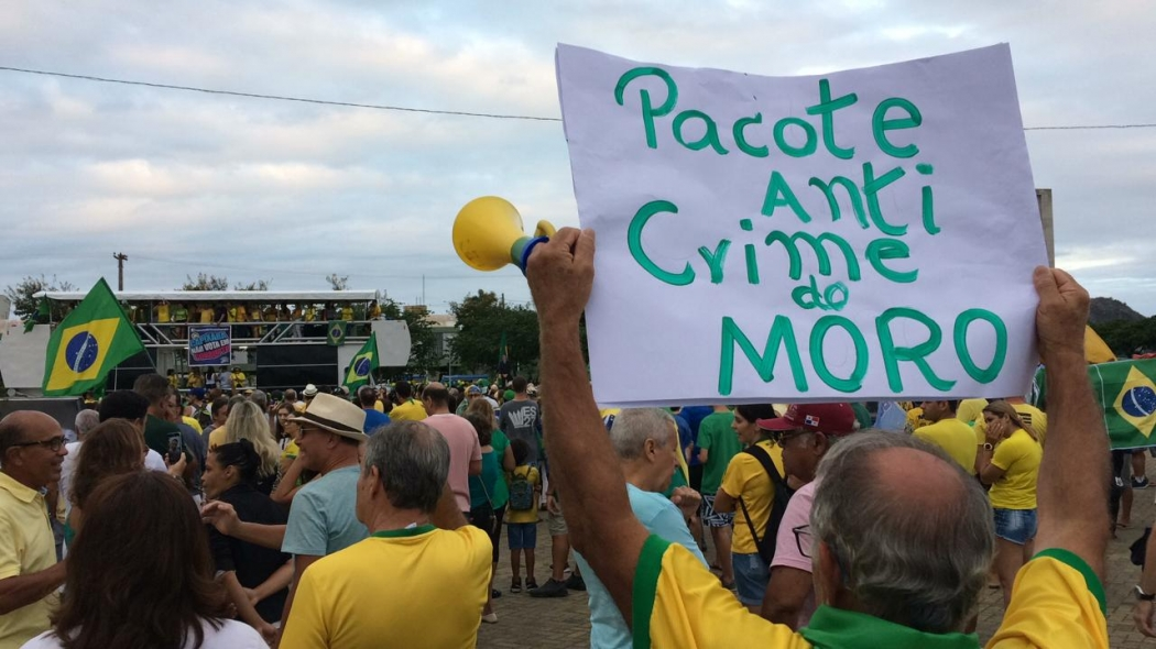 Manifestantes exibe cartaz em apoio ao pacote anticrime de Moro durante protesto em Vitória. Crédito: Eduardo Dias