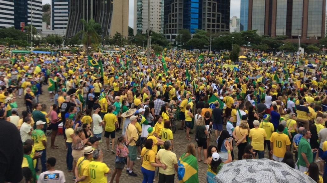Manifestantes pró-Bolsonaro reunidos na Paça do Papa, em Vitória. Crédito: Eduardo Dias