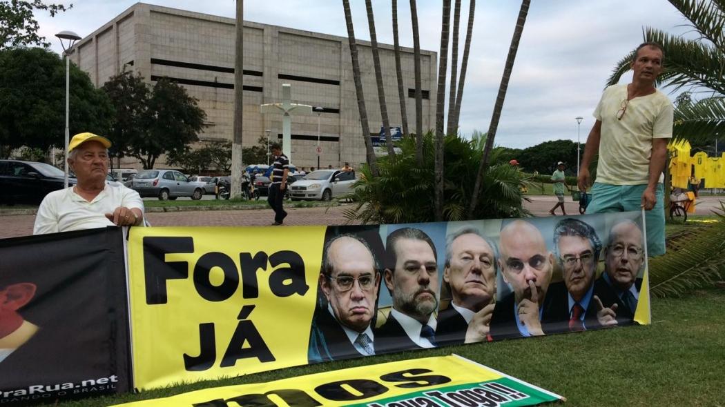 Manifestantes pró-Bolsonaro reunidos na Praça do Papa, em Vitória, pedem saída de ministros do STF. Crédito: Eduardo Dias