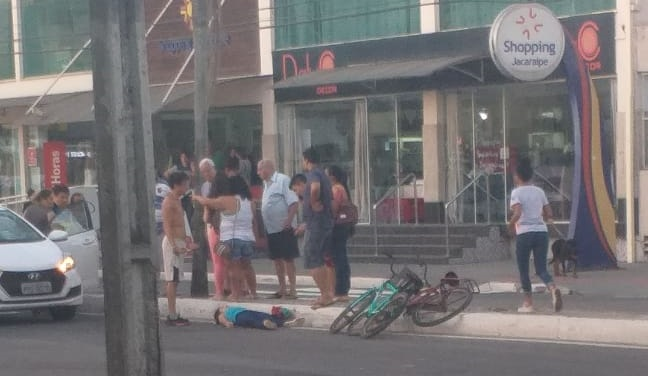 Foto mostra ciclista caída após acidente . Crédito: Telespectador TV Gazeta