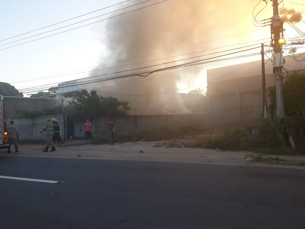 Casa pegou fogo no bairro Canivete, em Linhares. Crédito: Internauta