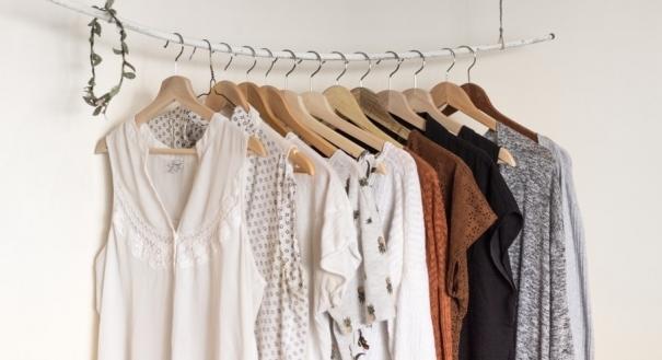 Saiba como ter um guarda roupa mais sustentável . Crédito: Unsplash