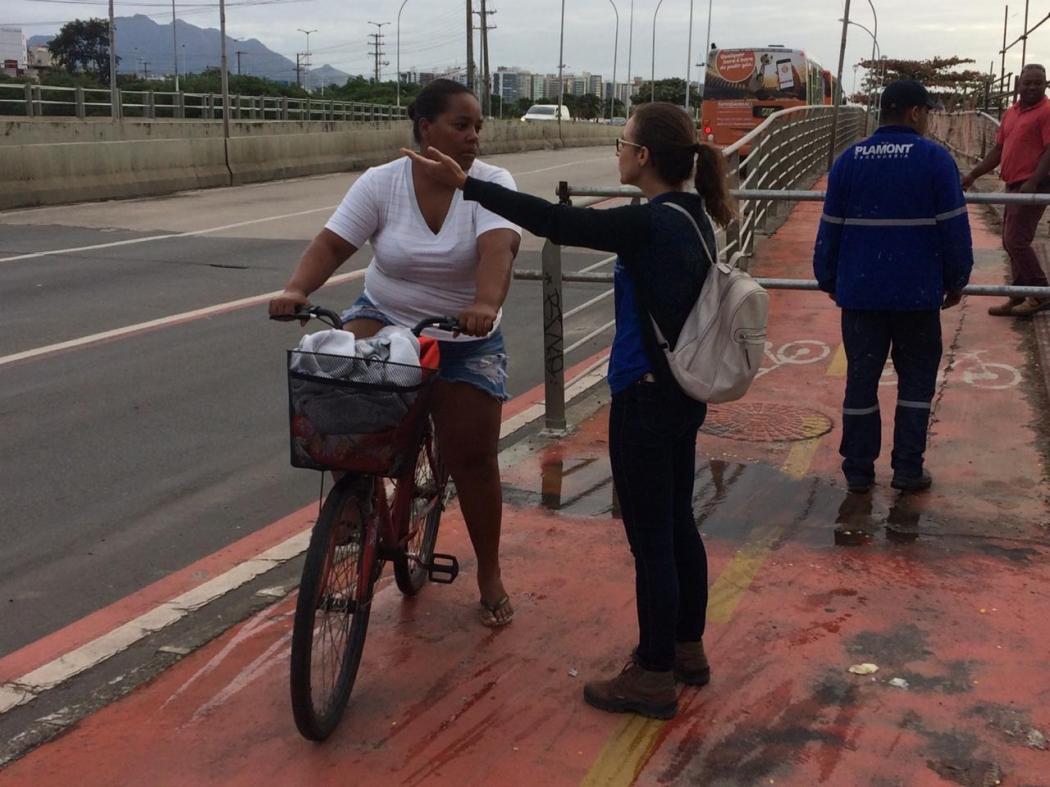 Ciclovia da Ponte de Camburi: orientações começaram na última semana, como nesta abordagem de quinta (06). Crédito: Eduardo Dias