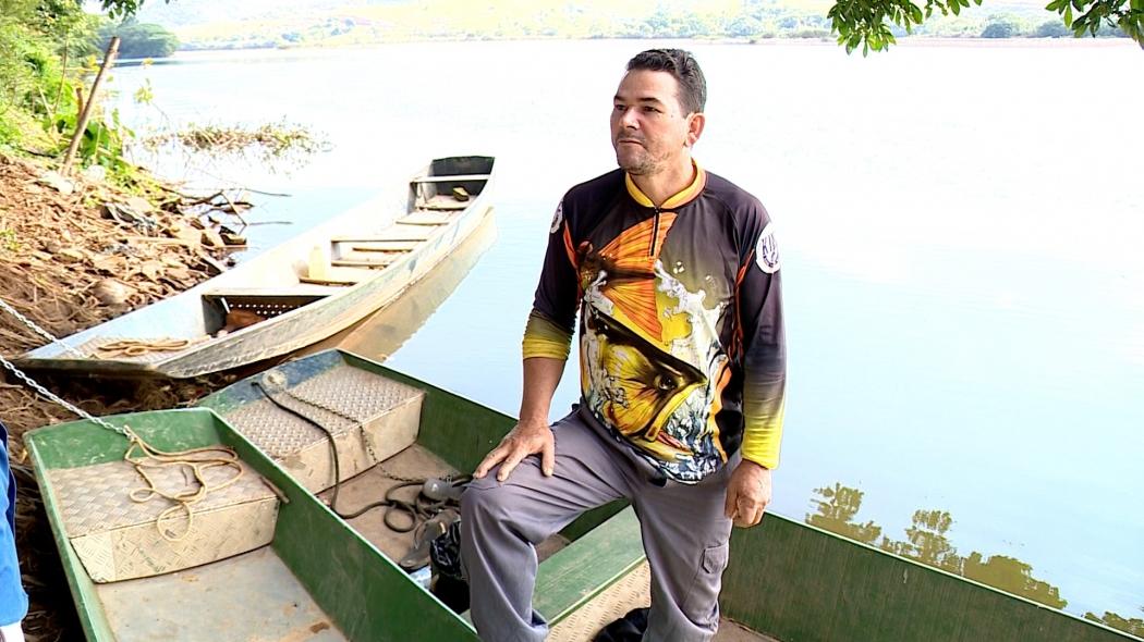 O pescador Domingos Ponche vivia do Rio Doce, hoje ele apenas passeia com o barco pelas águas. Crédito: Reprodução | TV Gazeta Noroeste