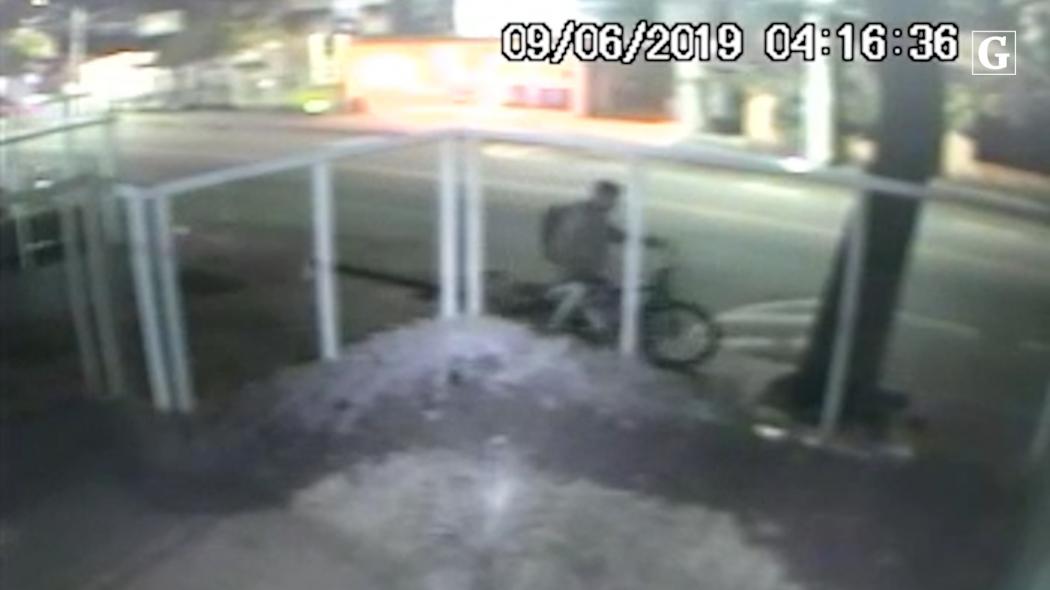 Homem furta duas bicicletas em garagem de Jardim Camburi. Crédito: Reprodução