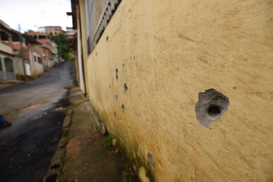 Marcas de tiros em parede após ataque de criminosos no bairro Itanguá, em Cariacica. Crédito: Vitor Jubini