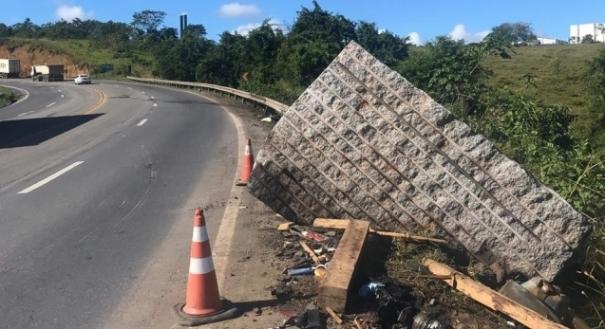 Bloco de granito que estava em caminhão envolvido em acidente na Serra. Crédito: Iara Diniz