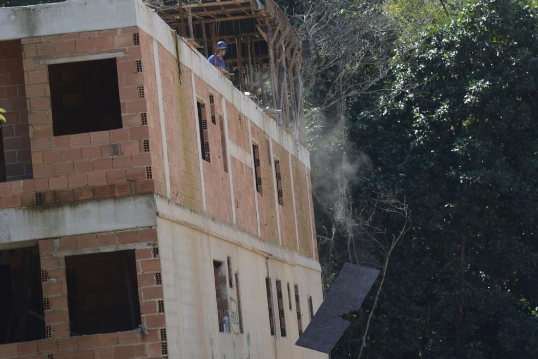 Demolição de uma construção de seis andares, na Muzema, zona oeste do Rio de Janeiro