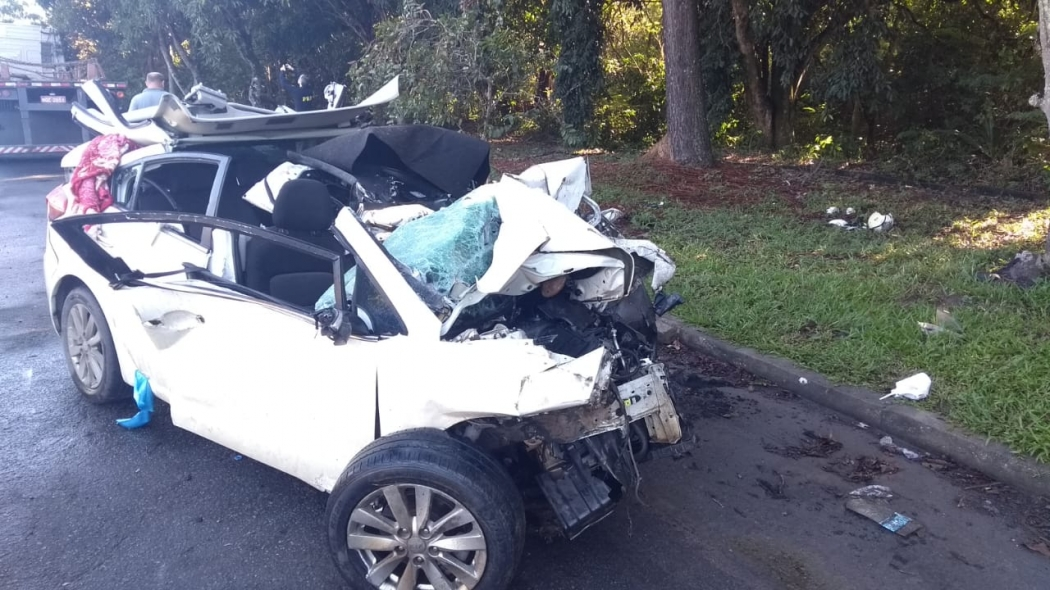 Carro em que família estava ficou destruído após acidente com carreta na BR 101, na Serra. Crédito: Fernando Estevão