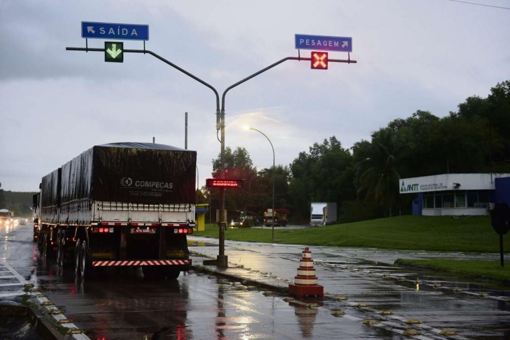 Posto de pesagem de caminhões na BR 101, na Serra. Caminhoneiros nem entram na balança. Crédito: Ricardo Medeiros