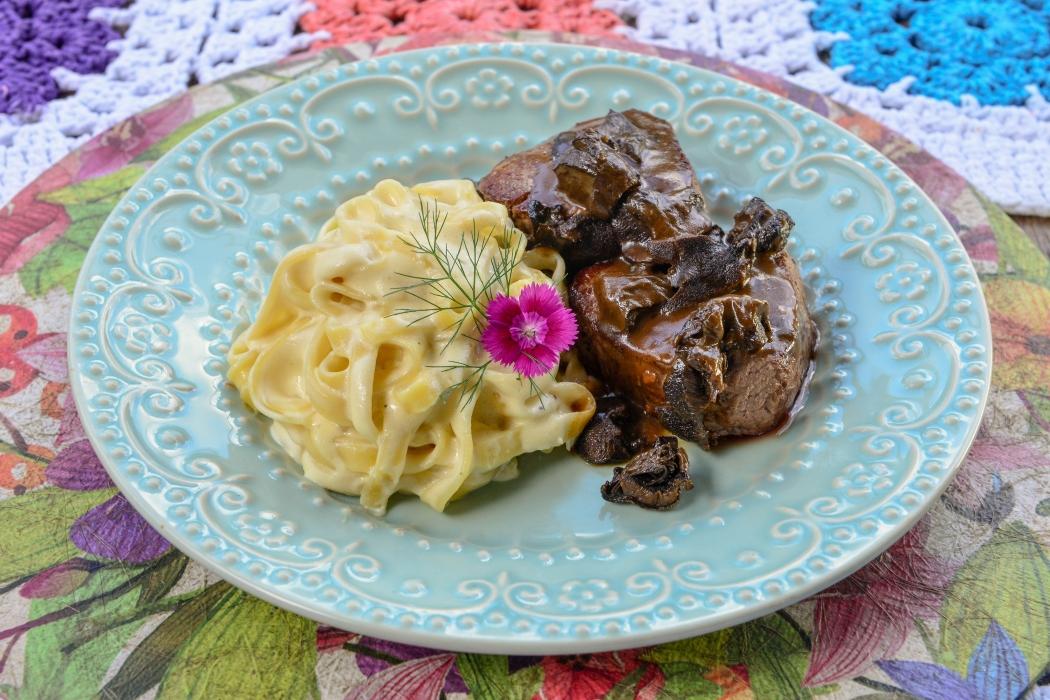 Tagliatelle aos quatro queijos com filé mignon ao molho funghi: prato do Giardino Ristorante para o Santa Jazz. Crédito: Santa Jazz/Divulgação