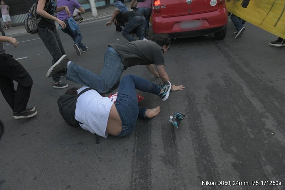 Motorista atropela manifestantes no Centro de Niterói. Crédito: Reprodução / Redes sociais
