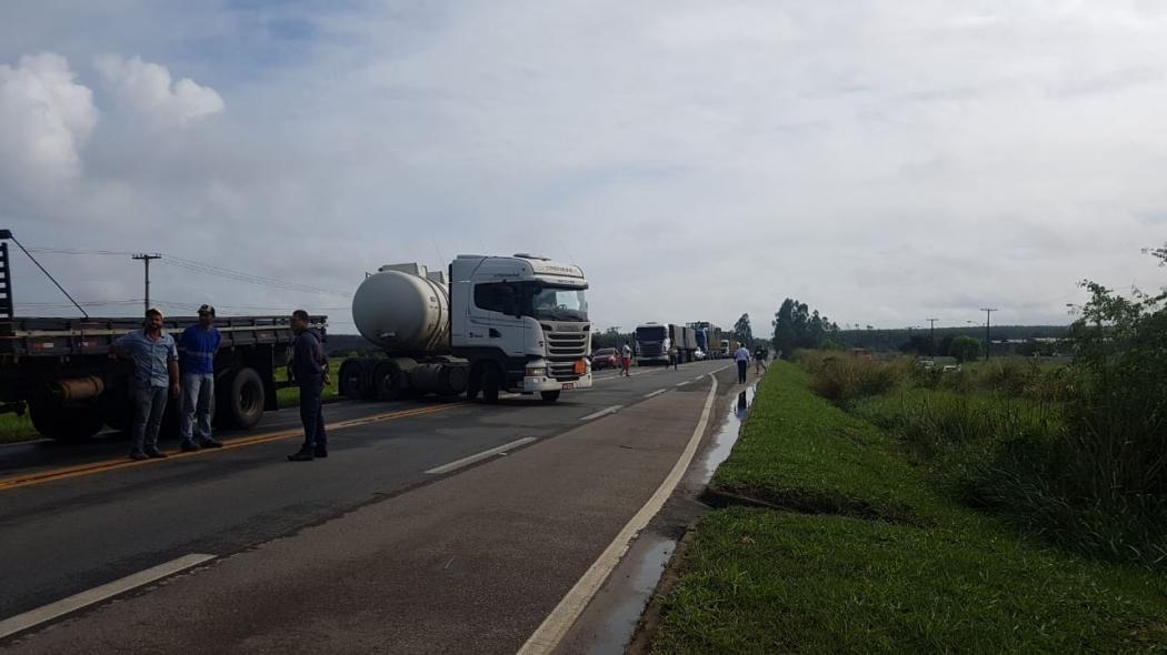 Caminhão faz manobra na BR 101, em São Mateus, para sair do bloqueio de manifestantes. Crédito: Maria Luiza Silva/TV Gazeta Norte