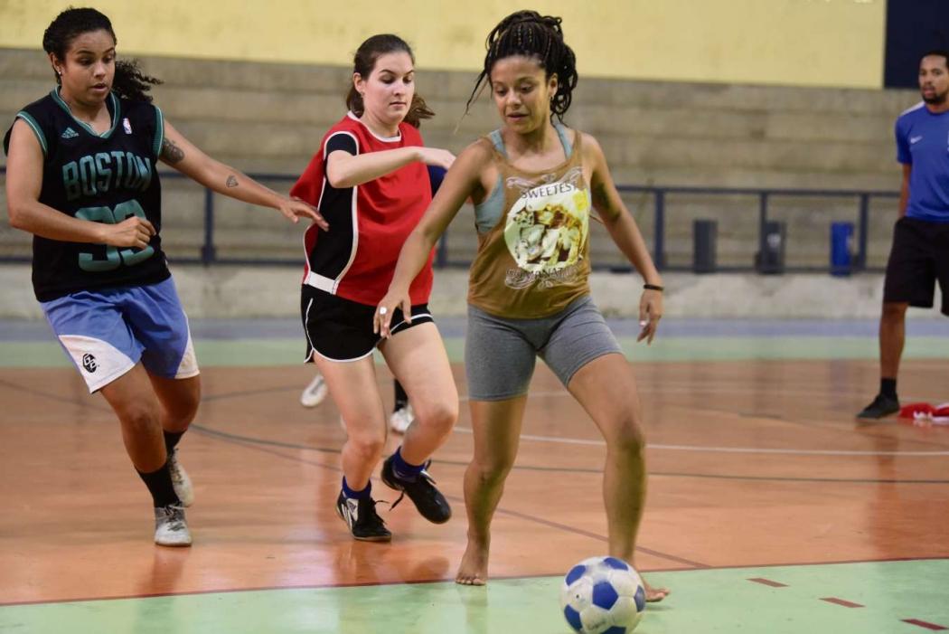 Meninas participam do projeto de futsal para mulheres, na Ufes. Crédito: Ricardo Medeiros