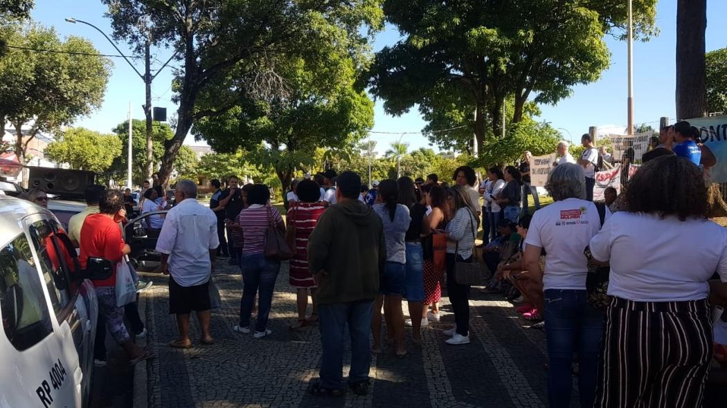 Concentração de manifestantes em frente à Prefeitura de Colatina. Crédito: Polícia Militar