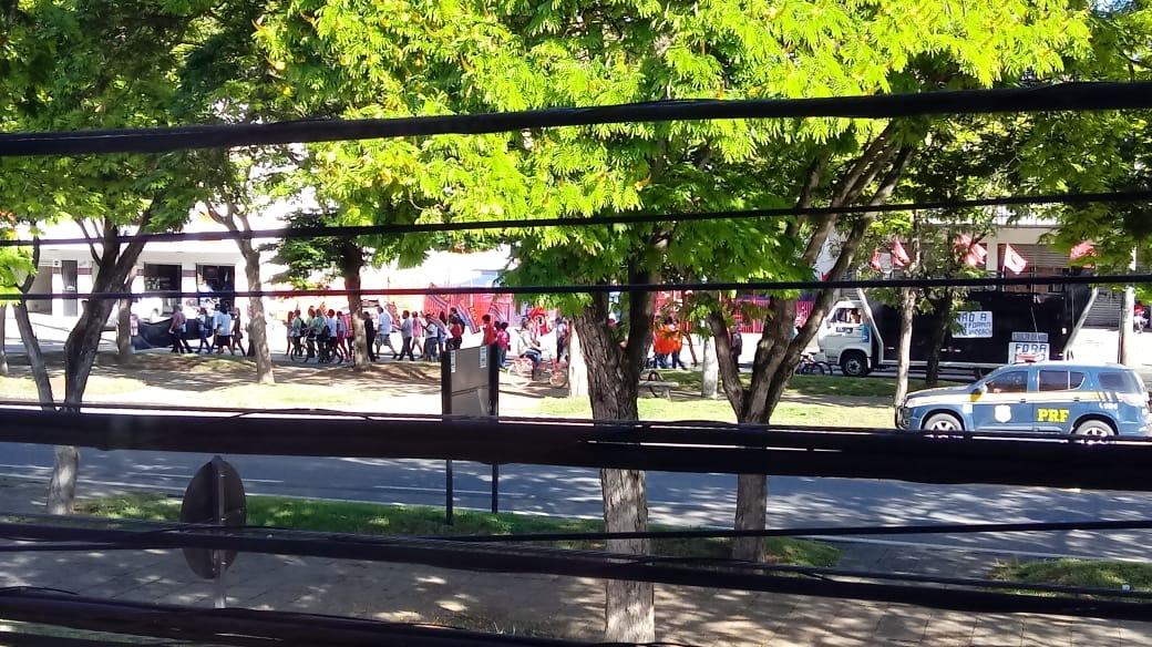 Manifestantes protestam na pista lateral da BR 101, em Linhares. Crédito: Internauta