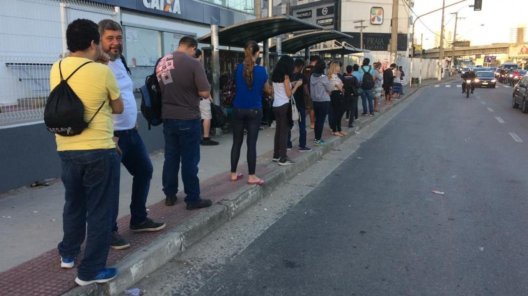 Passageiros esperando coletivo em ponto de ônibus em Vila Velha. Crédito: Eduardo Dias