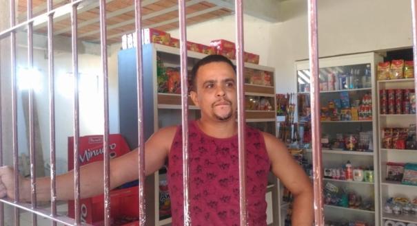 Comerciante Nilton César Rezende, 36, foi vítima de criminosos e decidiu colocar grandes no comércio em Jardim Juara, Serra