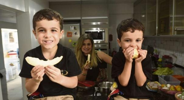Sandra Franco faz questão de acompanhar a alimentação dos filhos, Enrico e Davi