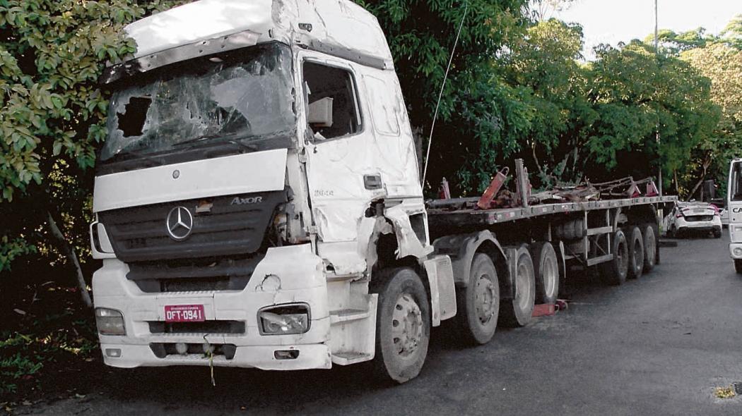 Carreta envolvida em acidente que matou três pessoas de uma mesma família na semana passada na Serra. Crédito: Fernando Estevão/TV Gazeta